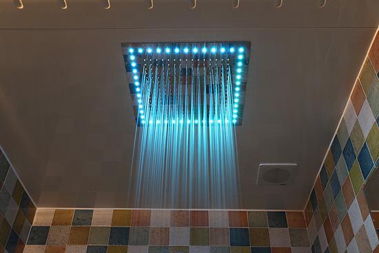 모텔의 이색테마, 레인보우 샤워기
